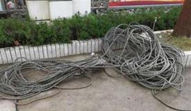 装修工16楼作业弄脏业主衣服 被割断安全绳